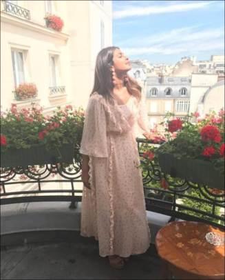 पॅरिसच्या प्रेमात पडलेल्या प्रियांकाने या फोटोला 'Ahhh...Paris #couture2017' असे कॅप्शन दिले आहे.