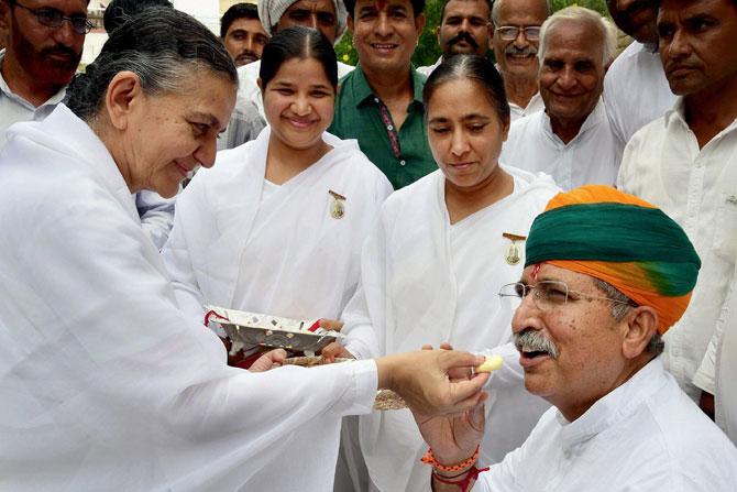 'ब्रह्मकुमारीं'नी बिकानेरमध्ये केंद्रीय अर्थराज्यमंत्री अरुण राम मेघवाल यांना राखी बांधली.