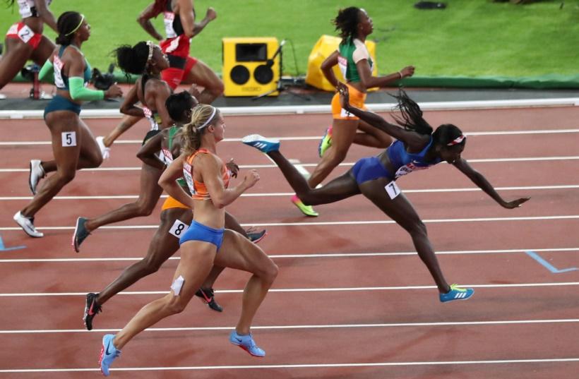 महिलांच्या १०० मीटर शर्यतीत जेतेपदाची प्रबळ दावेदार असलेल्या जमैकाच्या एलेन थॉम्पसनला पिछाडीवर टाकताना अमेरिकेच्या टोरी बोवीने सुवर्णपदकाची कमाई केली. (छाया सौजन्य : रॉयटर्स)