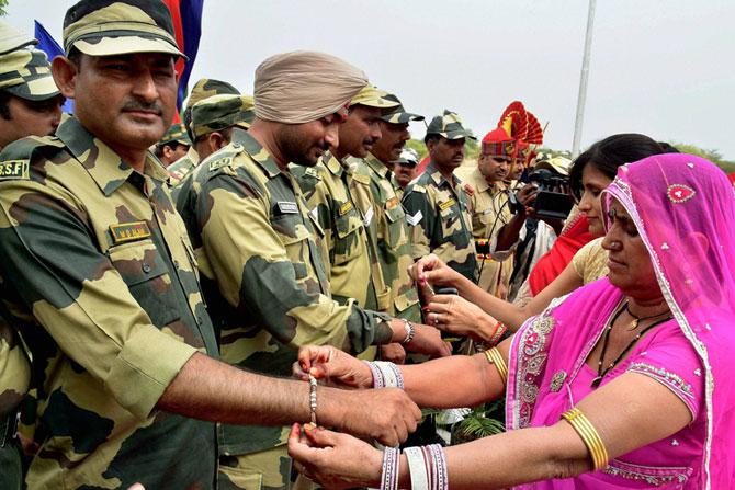 देशाच्या संरक्षणासाठी सीमा रेषेवर पहारा देणाऱ्या सीमा सुरक्षा दलाच्या जवानांना महिलांनी राखी बांधली.
