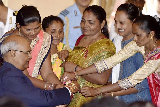 भाऊ- बहिणीमधील प्रेम दर्शवणारा दिवस म्हणजे रक्षाबंधन. सोमवारी देशभरात उत्साहात रक्षाबंधन साजरं करण्यात आलं. राष्ट्रपती रामनाथ कोविंद यांना महिलांनी राखी बांधली.