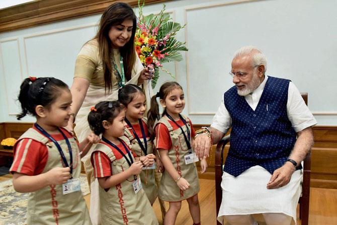 पंतप्रधान नरेंद्र मोदी यांना त्यांच्या निवासस्थानी शाळेतील चिमुकल्या मुलींनी राखी बांधली.