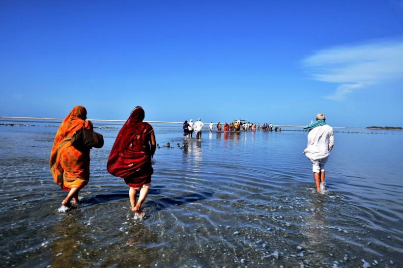 रामेश्वरम येथील कोथनदरमा स्वामी या प्रसिद्ध मंदिराला भेट देण्यासाठी आलेले यात्रेकरू. (छाया सौजन्य : रॉयटर्स)