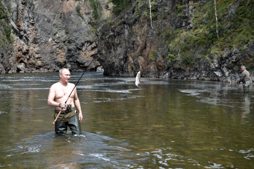 रशियाचे राष्ट्राध्यक्ष व्लादिमीर पुतिन मासेमारीचा आनंद लुटताना. (छाया सौजन्य : रॉयटर्स)