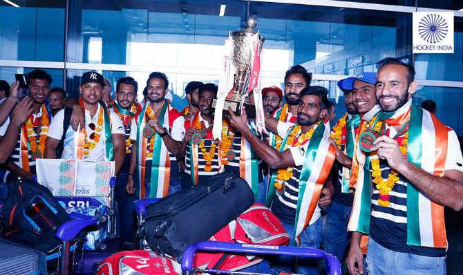 तब्बल दहा वर्षांच्या दशकानंतर आशिया चषक जिंकणाऱ्या भारतीय हॉकी संघाचं मायदेशी आगमन झालं. यावेळी विमानतळावर संघाने आपल्या विजयाचा आनंद व्यक्त केला. (फोटो सौजन्य - हॉकी इंडिया फेसबूक पेज)