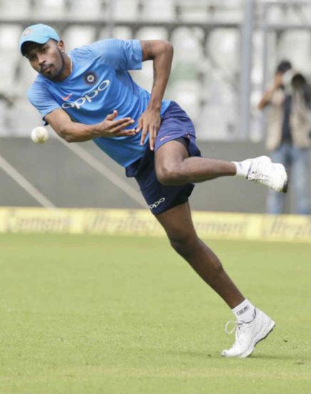 क्षेत्ररक्षणाचा सराव करताना भारताचा अष्टपैलू खेळाडू हार्दिक पांड्या. या मालिकेत भारताला आपलं आव्हान कायम राखायचं असल्यास पांड्या आणि इतर खेळाडूंनी चांगली कामगिरी करणं गरजेचं आहे.