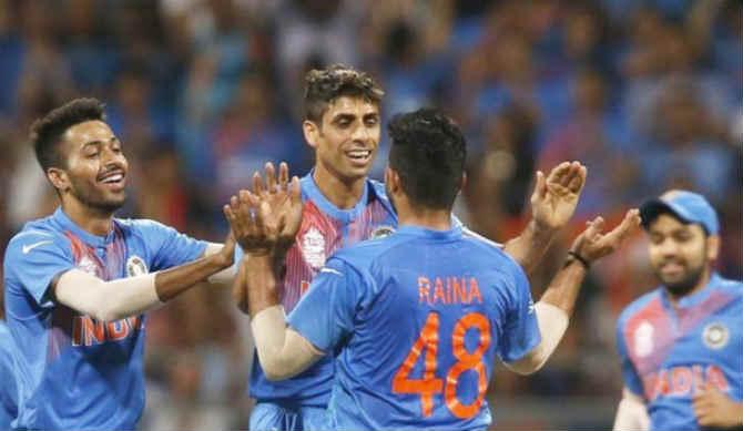 १८ वर्ष भारताचं प्रतिनिधीत्व केल्यानंतर जलदगती गोलंदाज आशिष नेहरा आज आपल्या कारकिर्दीचा अखेरचा आंतरराष्ट्रीय सामना खेळणार आहे. दिल्लीच्या फिरोजशहा कोटला मैदानावर भारत विरुद्ध न्यूझीलंड यांच्यात पहिला टी-२० सामना खेळवला जाणार आहे. काही महिन्यांपूर्वीच नेहराने आपल्या आंतराष्ट्रीय क्रिकेटमधून निवृत्ती घेत असल्याचं जाहीर केलं होतं.