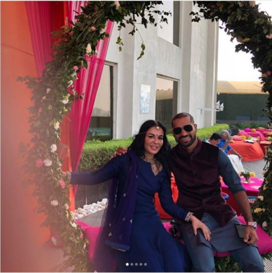 बहिण श्रेष्ठा हिच्या विवाहसोहळ्यात सहभागी होत शिखर आणि त्याची पत्नी आएशा यांनी फार आनंदात पाहुण्यांचे स्वागत केले. (छाया सौजन्य- इन्स्टाग्राम)
