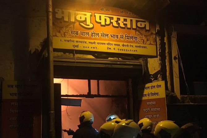 भानू फरसाणच्या गाळा क्रमांक १ मध्ये ही भीषण आग लागली होती. या आगीमुळे दुकानाचा काही भाग कोसळला. या ढिगाऱ्याखाली तब्बल १८ जण अडकल्याची शक्यता आहे. त्यापैकी ११ जणांना बाहेर काढलं आहे, तर अजूनही चार जण अडकले आहेत.