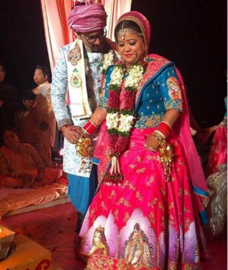 सप्तपदीच्या वेळी भारती आणि हर्षने मॉडर्न टच असलेले पारंपरिक कपडे घातले होते.