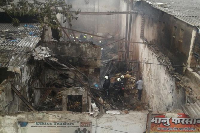 अचानक लागलेल्या या आगीमुळे काही कळायच्या आत १२ कामगार आगीच्या भक्ष्यस्थानी पडल्याने त्यांचा मृत्यू झाला. या कम्पाऊंडमध्ये वेल्डिंगची दुकाने आहेत. बहुतेक दुकाने लाकडी असल्याने आग भराभर पेटली.