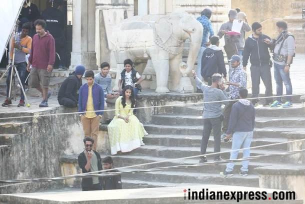 'धडक'ने जान्हवी बॉलिवूडमध्ये पदार्पण करत असून, इशानने मजिद मजिदीच्या 'बियॉन्ड द क्लाउड्स'ने चित्रपटसृष्टीत पाऊल टाकले.