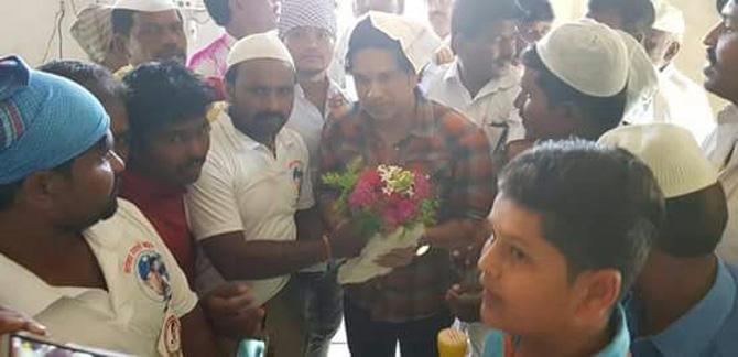 माजी भारतीय क्रिकेटपटू आणि खासदार सचिन तेंडुलकरने संसद आदर्श ग्रामयोजनेअंतर्गत दत्तक घेतलेल्या परंडा तालुक्यातील डोंजा गावाला भेट दिली.