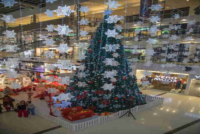ख्रिसमस ट्री आणि आकर्षक सजावट