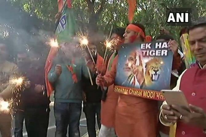 दिल्लीमधील महिला कार्यकर्त्यांनी पक्षाच्या कार्यालयासमोर फुलबाजे उडवून पक्षाच्या विजयाचा आनंद साजरा केला
