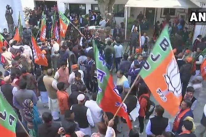 दिल्लीमधील भाजपच्या मुख्यालयासमोरील कार्यकर्त्यांची गर्दी