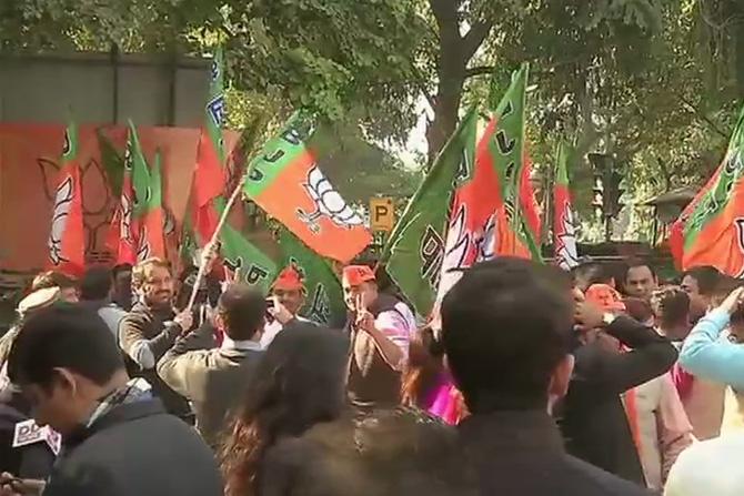दिल्लीमध्ये भाजपच्या मुख्यालयासमोर कार्यकर्त्यांनी जंगी सेलिब्रेशन केले