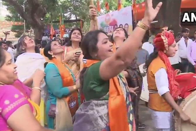 मुंबईमधील भाजपच्या कार्यालयासमोर महिला कार्यकर्त्यांनी 'मोदी... मोदी..' नावाच्या घोषणा देत आनंद साजरा केला