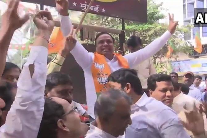 मुंबई भाजपचे अध्यक्ष आशिष शेलारही मुंबईमधील भाजपच्या कार्यालयासमोरील भाजप कार्यकर्त्यांच्या आनंदोत्सवामध्ये सहभागी झाले