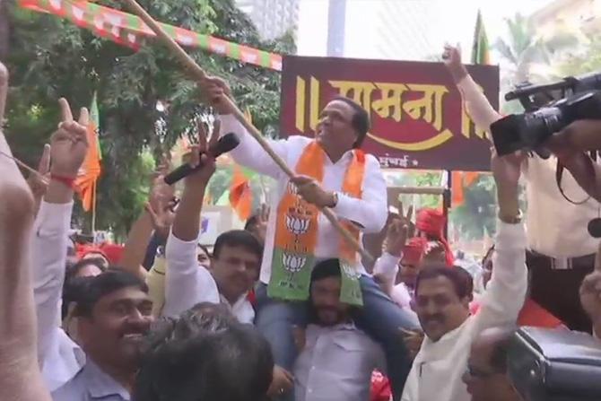 मुंबई भाजपचे अध्यक्ष आशिष शेलार आनंद व्यक्त करत भाजपचा झेंडा फडकवताना