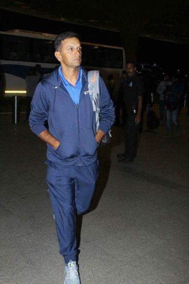 भारतीय संघासोबत U-19 विश्वचषकासाठीही भारतीय संघ काल न्यूझीलंडला रवाना झाला. यावेळी विमानतळावर U-19 संघाचा प्रशिक्षक राहुल द्रविड.