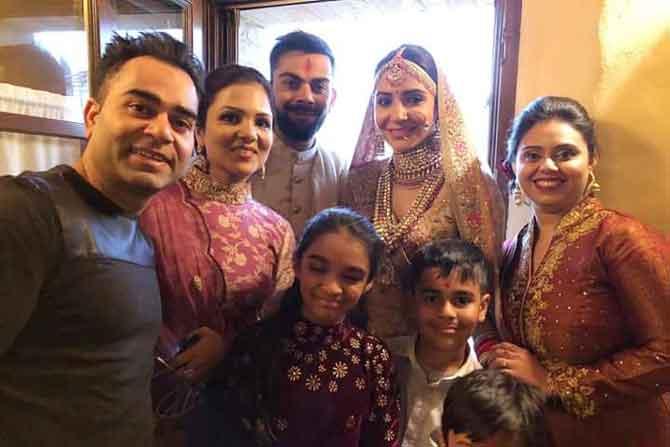 भारतीय क्रिकेट संघाचा कर्णधार विराट कोहली आणि अभिनेत्री अनुष्का शर्मा अखेर विवाहबंधनात अडकले. इटलीतील टस्कनी येथे विवाहसोहळा पार पडला. (छाया सौजन्य- ट्विटर)