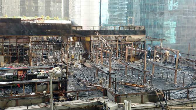 आगीत हॉटेलसह शेजारी असलेल्या बँका, कार्यालयांचं मोठं नुकसान झालं आहे.