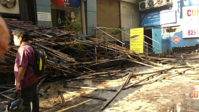 इमारतीच्या टेरेसवर बांबू आणि प्लास्टिकचे छप्पर असल्याने आग झपाट्याने पसरत गेली.