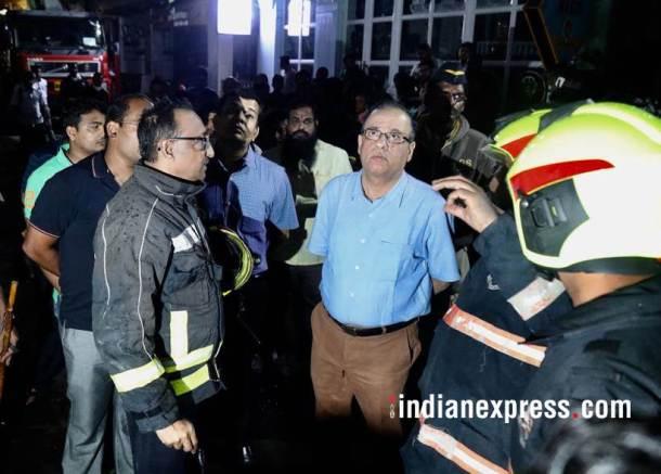 घटनास्थळी मुंबईचे पालिका आयुक्त अजॉय मेहता यांनीही परिस्थितीचा आढावा घेतला . (छाया सौजन्य : निर्मल हरिनंदन)
