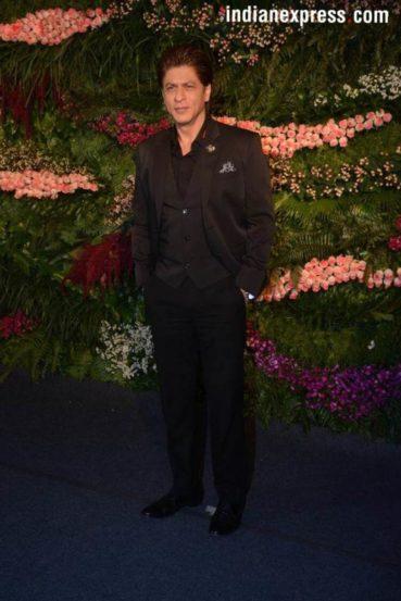 बॉलिवूडचा किंग शाहरुख खानही त्याच्या सोबत स्क्रीन शेअर करणाऱ्या अनुष्काला शुभेच्छा देण्यासाठी पोहोचला होता. (छाया सौजन्य- Varinder Chawla)