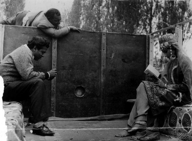 एका चित्रपटाच्या सेटवर निर्माते दिग्दर्शक शक्ती समंता आणि शर्मिला टागोर (छाया सौजन्य- एक्सप्रेस आर्काईव्ह्ज)