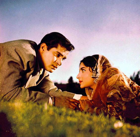 ज्येष्ठ बॉलिवूड अभिनेत्री शर्मिला टागोर यांनी सिनेसृष्टीत उल्लेखनीय योगदान दिले. बॉलिवूडमधील 'काश्मीर की कली' अशी ओळख असलेल्या शर्मिला यांचा ८ डिसेंबर रोजी ७२वा वाढदिवस आहे. त्याच निमित्ताने त्यांच्या काही 'थ्रोबॅक' फोटोंवर नजर टाकुयात.. (छाया सौजन्य- एक्सप्रेस आर्काईव्ह्ज)