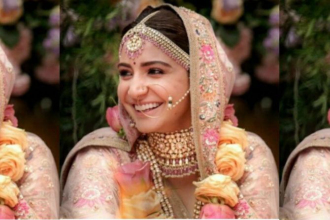 अनुष्का आणि विराटचा विवाह पारंपारिक भारतीय पद्धतीने पार पडला.  अनुष्का वधूच्या पोशाखात खूपच सुंदर दिसत होती. (छाया सौजन्य- ट्विटर)