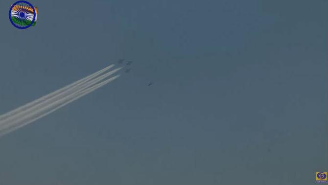 या संचलनात आसियानच्या झेंड्यासह एक Mi- 17 V5 हे विमानंही सहभागी झाले. (छाया सौजन्य- दूरदर्शन)