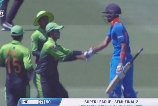 शुभमन गिलने अखेरच्या चेंडूंवर शतक साजरे केल्यानंतर पाकिस्तानी खेळाडूंनीही त्याचे अभिनंदन केले. (छाया सौजन्य: ट्विटर)