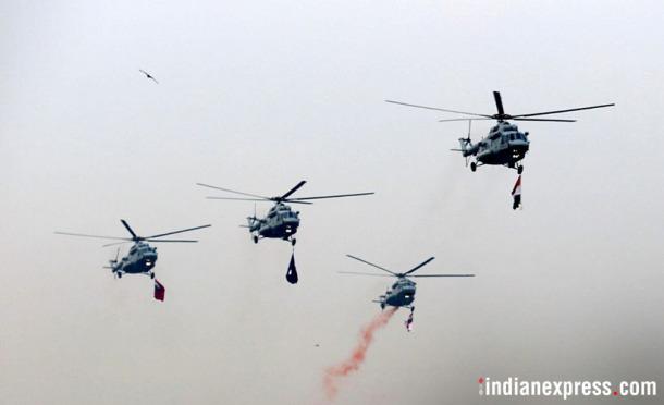 हवाई सराव करताना हेलिकॉप्टर्स