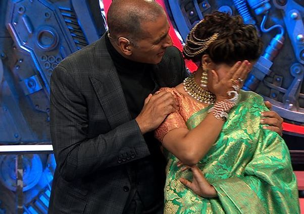 अक्षयने सपना चौधरीसोतब 'मुझसे शादी करोगी' गाण्यावर डान्स केला.