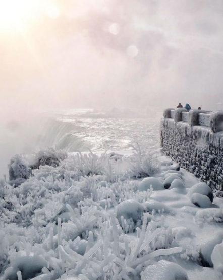 तापमानात मोठी घट झाल्यानं तसेच हिवाळ असल्यानं नायगारा पूर्णपणे गोठून गेला आहे.  (छाया सौजन्य : AP/ सोशल मीडिया)