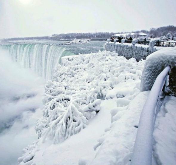 अव्याहत कोसळणाऱ्या पाण्याचा सगळ्यात मोठ धबधबा सध्या गोठला आहे. (छाया सौजन्य : AP/ सोशल मीडिया)