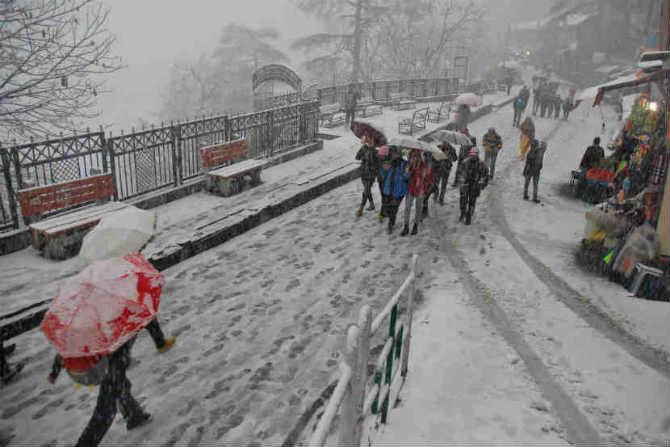 बर्फ पडल्याने दैनंदिन जीवन विस्कळीत होत असले तरीही येथील नागरीकांना या ऋतूची सवय असल्याने त्यांचे दैनंदिन व्यवहार सुरळीत सुरु राहतात. मात्र बर्फापासून स्वत:चे संरक्षण करण्यासाठी थंडीचे कपडे घालून येथील लोक स्वत:ची जास्तीत जास्त काळजी घेतात. (छायासौजन्य - पीटीआय)