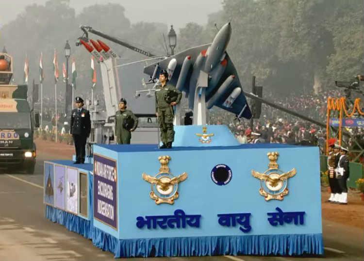 परेडच्या शेवटी भारतीय वायूदलाच्या कसरती (छाया सौजन्य- दूरदर्शन)