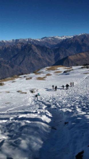 साधारणपणे ८००० फूटांवर असलेलं सांकरी गाव एकदा सोडलं की पुढे वस्तीच नाही, त्यामुळे वीज नाही, पाणी नाही, मोबाईलची रेंजदेखील नाही, असतो चारही बाजूला फक्त बर्फच बर्फ.