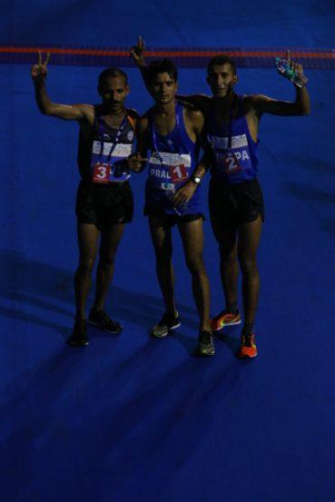 मुंबई हाफ मॅरेथॉनचे विजेते प्रदीप कुमार सिंग चौधरी, शंकरलाल थापा, दीपक कुंभार. (छाया सौजन्य- प्रदीप पवार)