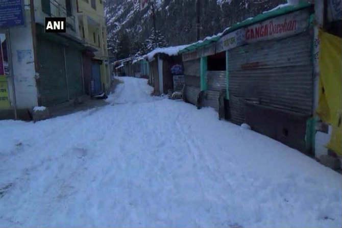 शिमला येथे सतत बर्फ पडत असल्याने येथील रस्ते पूर्णपणे बर्फमय झाले आहेत. त्यामुळे येथील दैनंदिन जीवन काही प्रमाणात शिथिल थंडावले असून दुकानेही बंद असल्याचे दिसत आहे. (छायासौजन्य - एएनआय)