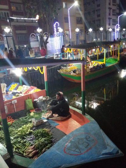 तुम्ही कधी पाण्यावर तरंगणारा बाजार पाहिलात का? कोलकातामध्ये देशातील पहिला पाण्यावर तरंगणाऱ्या बाजाराचं उद्घाटन झालं आहे. दक्षिण कोलकातामधल्या पाटुली परिसरातील तलावावर हा बाजार सामान्यांसाठी खुला करण्यात आला आहे.