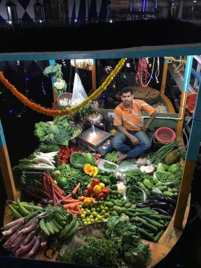 या तरंगत्या बाजारात १०० हून अधिक बोटी आहेत. या बोटींवर फळं, भाज्या, धान्य यांसोबतच मांस आणि मासे यांचीही विक्री करण्यात येत आहे.