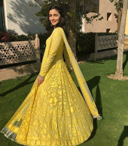 आलियाचा हा पिवळ्या रंगाचा घेरदार ड्रेस अनेकजणींच्या पसंतीस उतरला असून, आपल्या वॉर्डरोबमध्येही असा एखादा ड्रेस असावा अशी इच्छा अनेकींनी व्यक्त केलीये. (छाया सौजन्य- इन्स्टाग्राम)