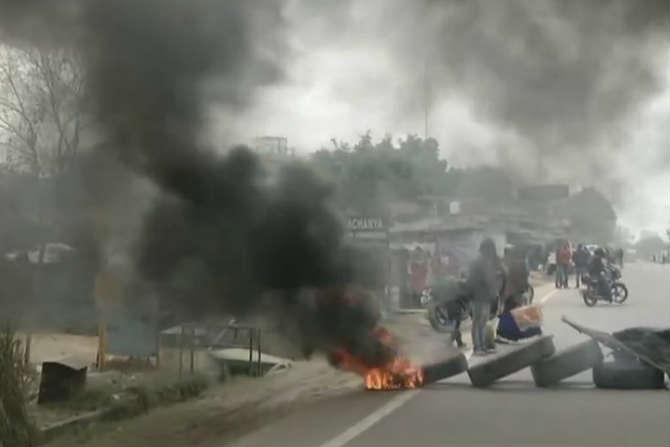 आंदोलनकर्त्यांनी गुरुग्राममधील वझिरपूर- पतौडी रोड अडवला. रास्ता रोको करत टायरही जाळले.