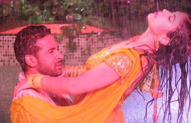 पुनीश आणि बंदगीने 'टिप टिप बरसा पानी' गाण्यावर डान्स केला.
