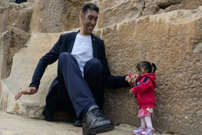 जगातील सर्वात उंच पुरुष आणि सर्वात बुटकी महिला यांची नुकतीच भेट झाली. विशेष म्हणजे या दोघांचे मिळून इजिप्तमध्ये फोटोशूट करण्यात आले.